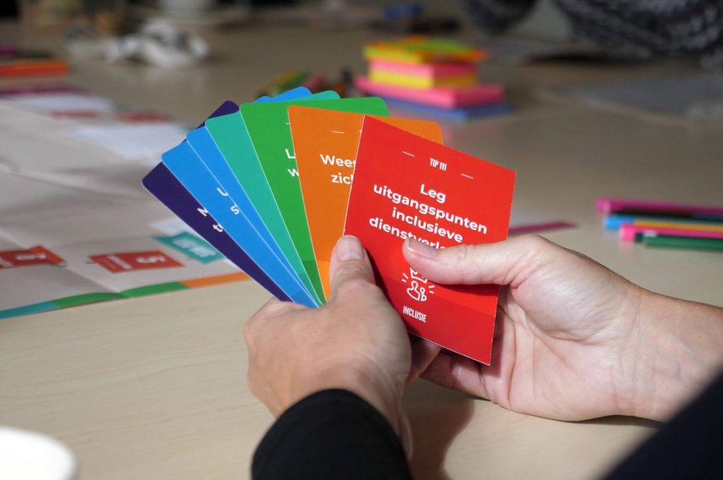 Deelnemer houdt tipkaarten in handen