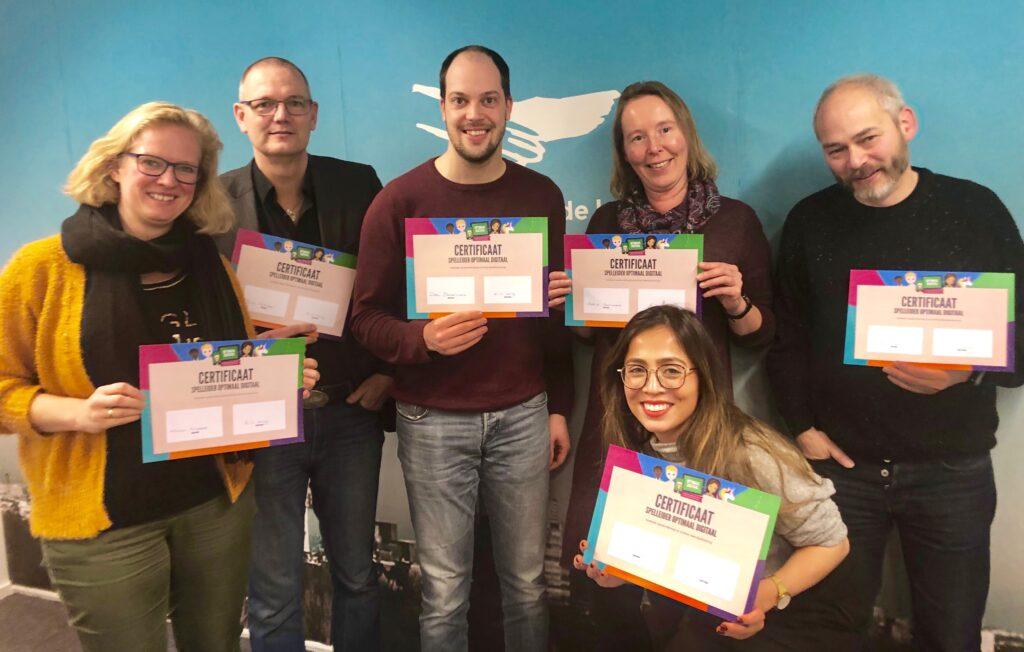 Deelnemers van de Optimaal Digitaal spelleider training tonen hun certificaat