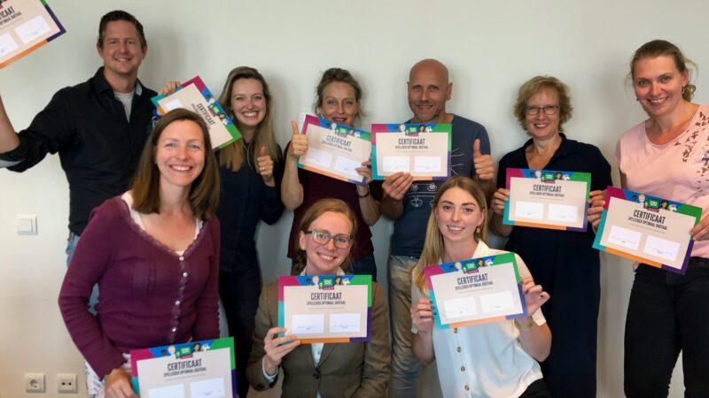 Deelnemers van de training met certificaat in handen