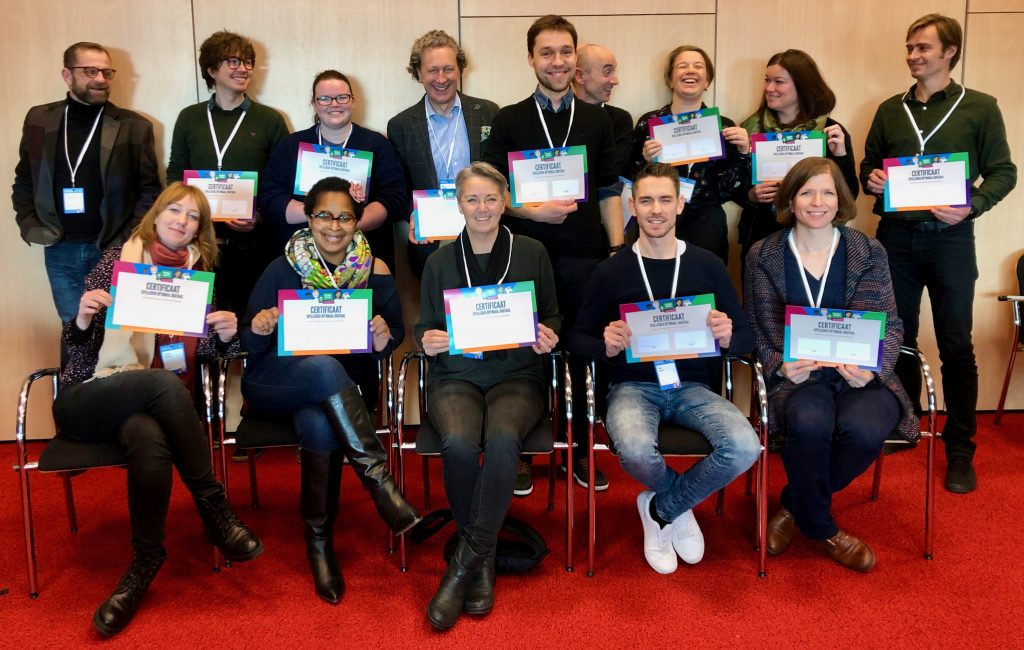 Deelnemers van de Optimaal Digitaal spelleider training laten trots hun certificaat zien