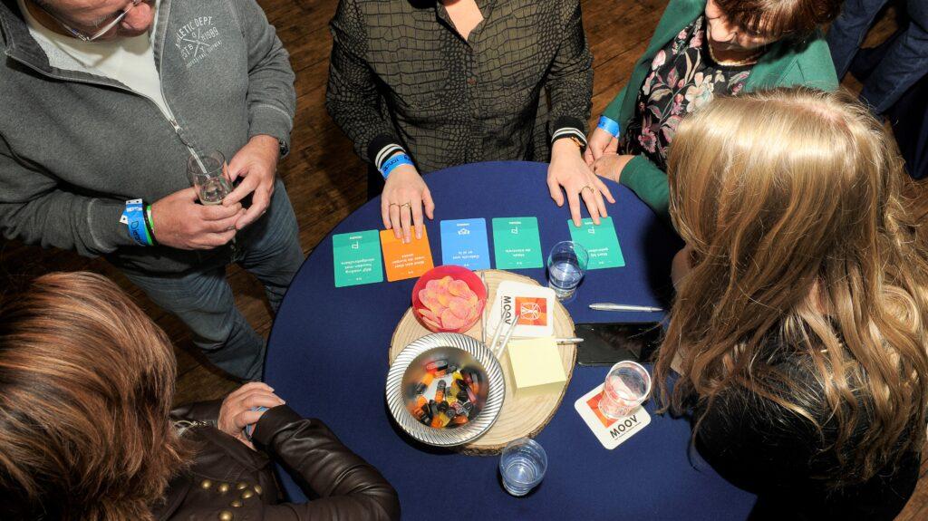 Mensen om tafel spelen het bordspel